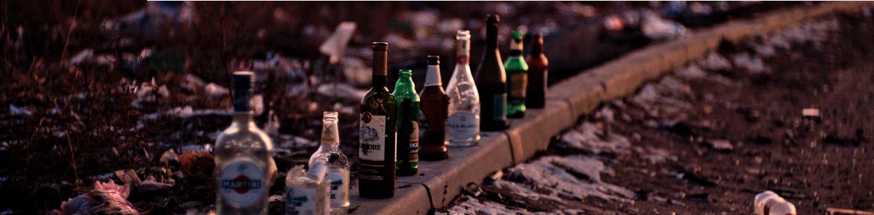 puste butelki na torach